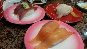 こちらも北海道の回転寿司。前にあるサーモン、東京の方が食べると感動するんです!その美味しさに!