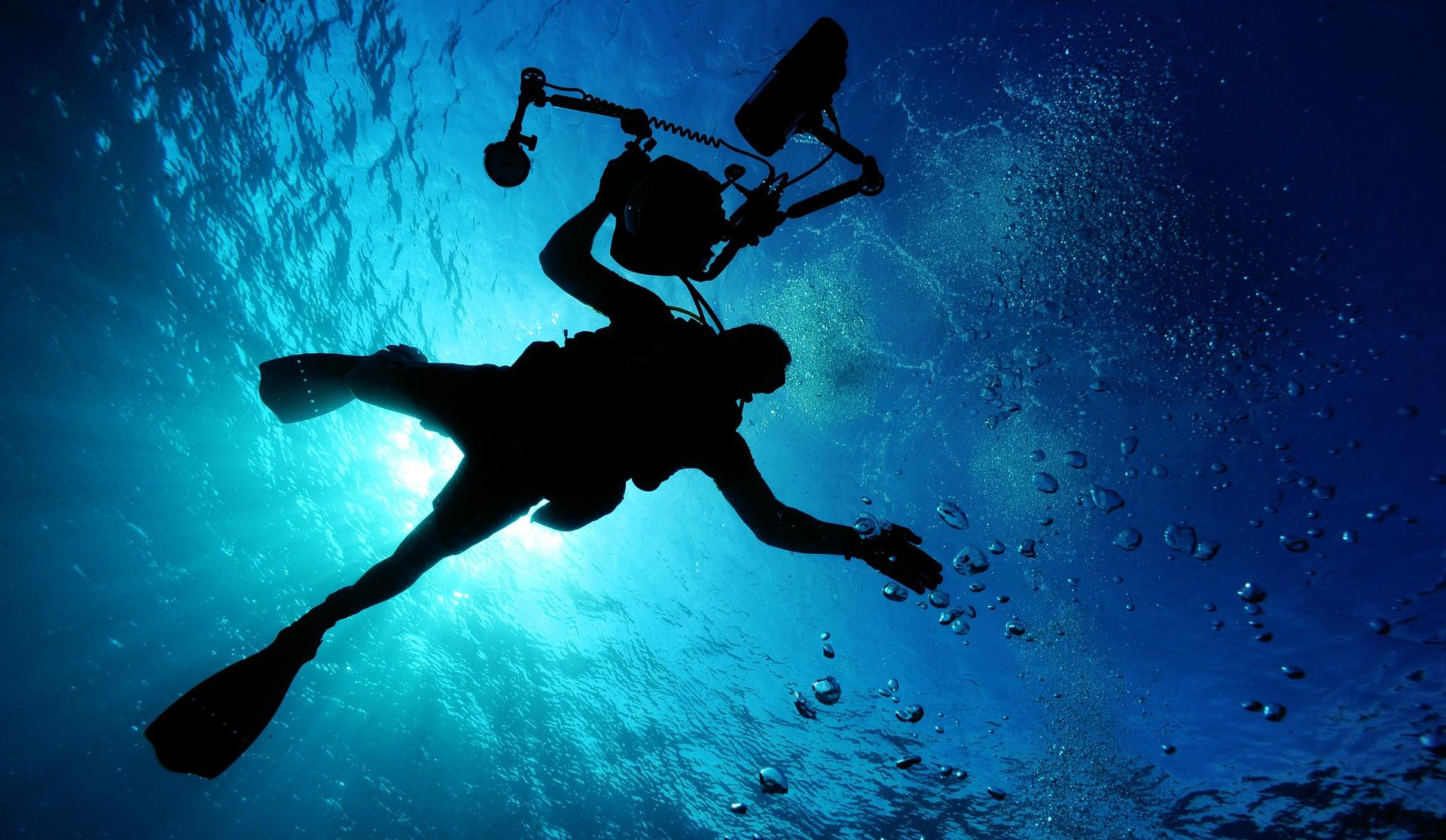 月明洞で水泳大会!「宴会場」とはまさにこのこと。