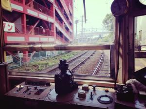 路面電車の車窓©摂理の御言葉を世界へ